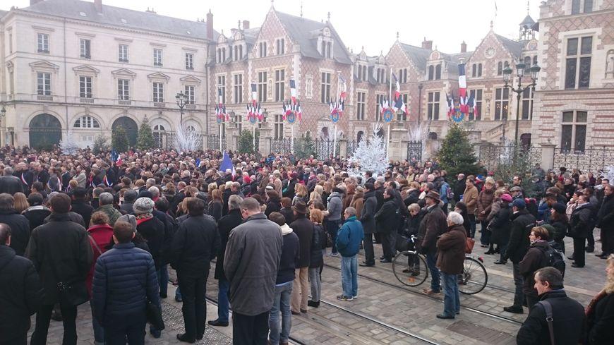 La foule s'est massée devant l'Hôtel de Ville d'Orléans