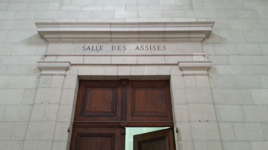 L'entrée de la salle de la cour d'assises
