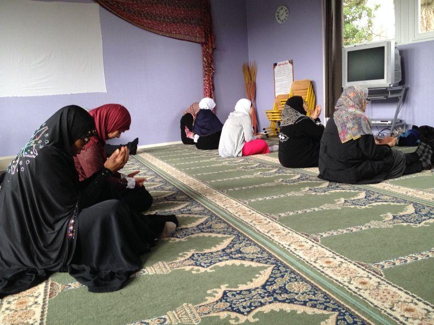 Dans la salle de prières de Quetigny, les femmes écoute le prêche attentivement.