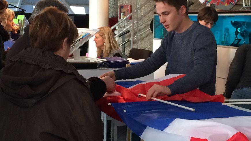 Vendredi matin, seuls deux formats de drapeaux sur dix étaient encore disponible