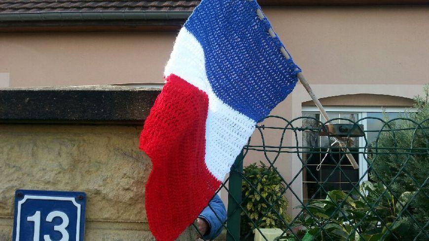 Yvette et Marie ont tricoté un drapeau français