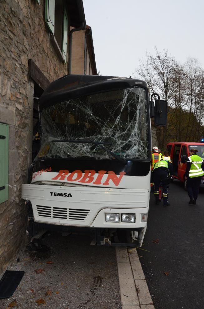 le minibus scolaire s'écrase contre un mur d'habitation à Saint-Floret