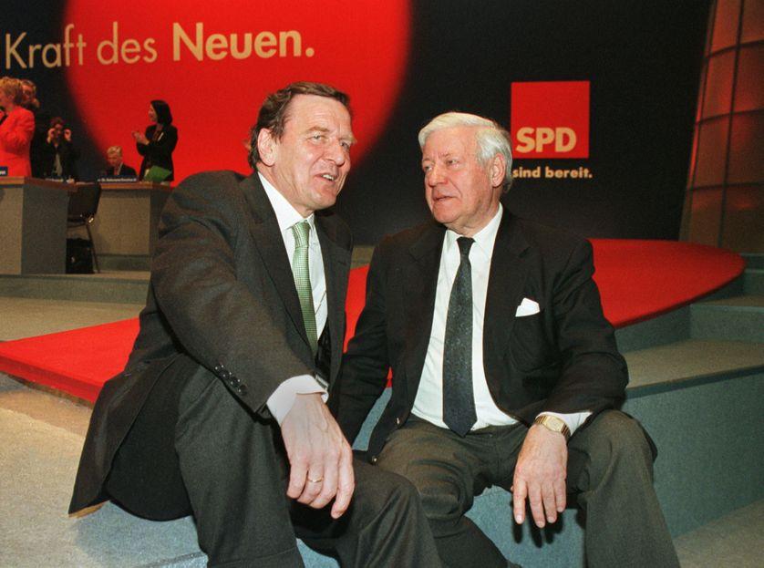 Gerhard Schröder et Helmut Schmidt au Congrès du SPD à Leipzig, 17 avril 1998