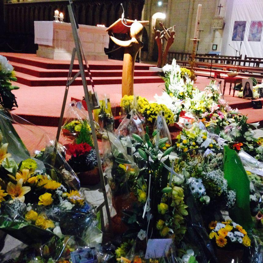Obsèques de Chloé Boissinot : plus d'une centaine de bouquets au pied de l'autel