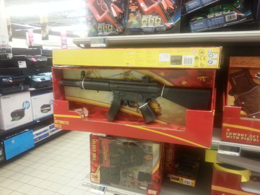 arme factice dans un rayon de jouets
