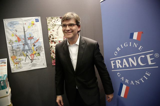 "Arnaud Montebourg visite le salon Made in France - à sa gauche le logo du label ""origine France garantie"""
