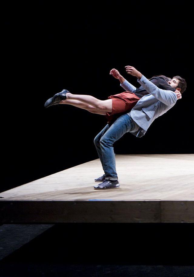 """Yoann Bourgeois-spectacle """"Celui qui tombe"""" au théâtre Monfort"""