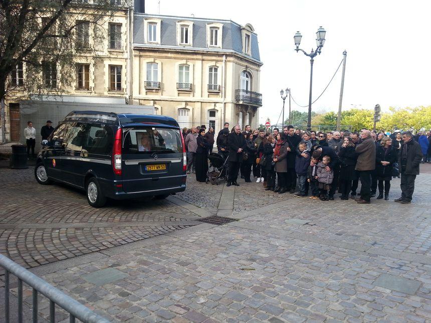 Les proches de Guillaume Le Dramp devant la Basilique Sainte-Trinité