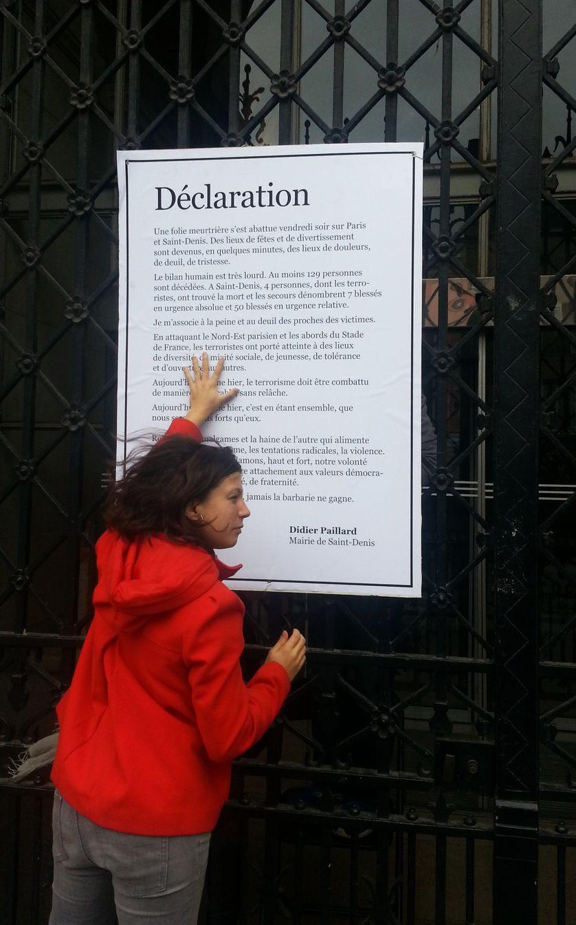 Déclaration affichée du maire de Saint-Denis en réaction à l'attentat suicide dans sa ville. Lundi 16 novembre 2015