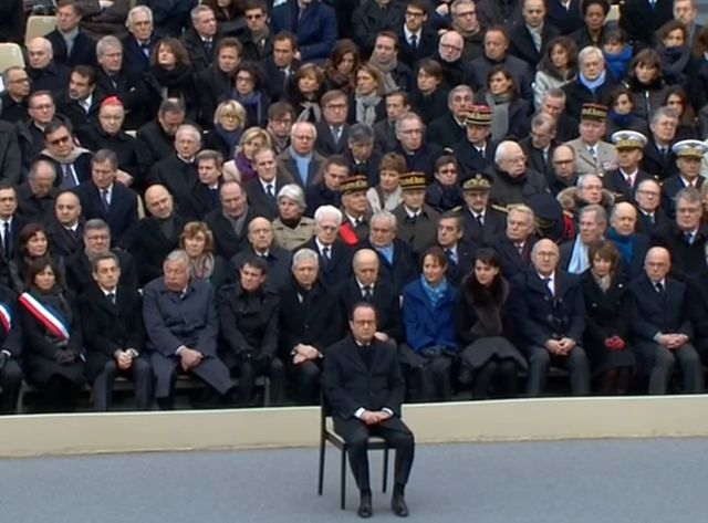 François Hollande assis seul dans la cour d'honneur