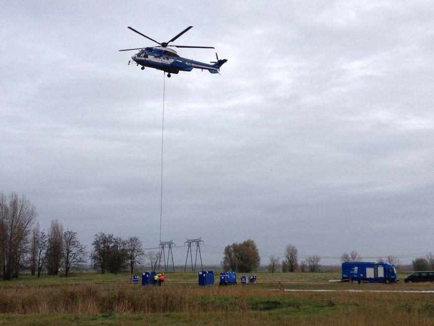 L'hélicoptère met dix secondes à récupérer un colis