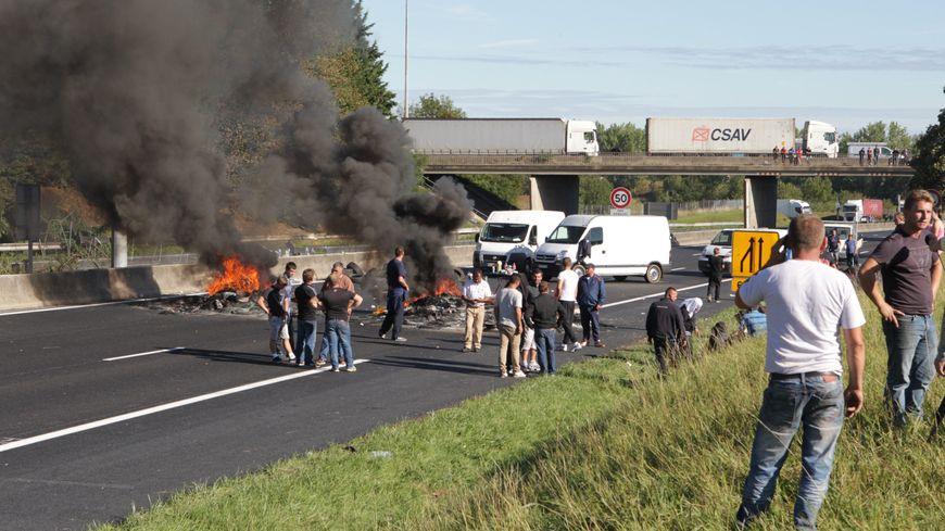 Les gens du voyages bloquent l'autoroute A1 à Roye dans la Somme le 29 août