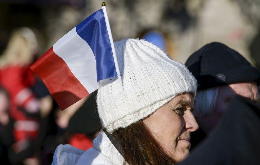 Une femme arbore le drapeau français