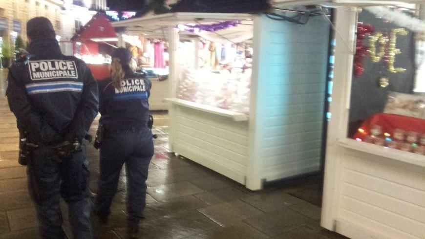La présence de la police a été renforcée sur le marché de Noël.