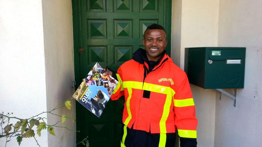 Le caporal-chef Ibrahim Abdoulahi propose le calendrier à chaque porte