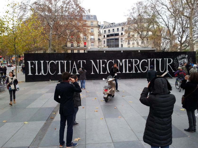 Fluctuat nec mergitur, graff par le collectif Grim Team, place de la République le 15 novembre 2015