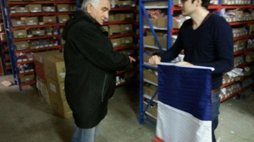 Les Nîmois se succèdent dans l'entrepôt d'AZ Flag
