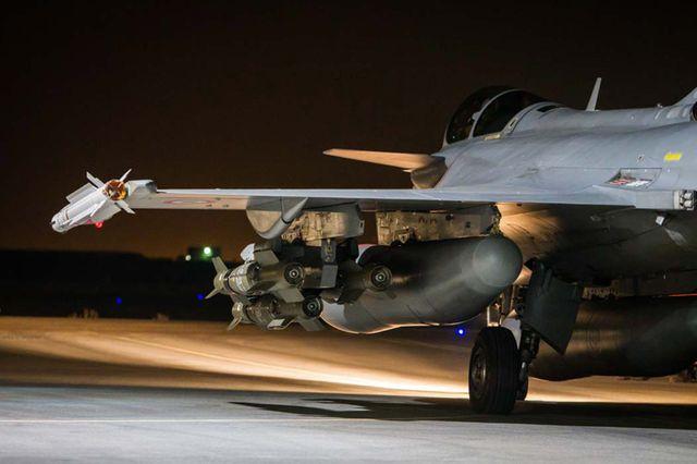 Un rafale part dans une mission de bombardement es base de Daech