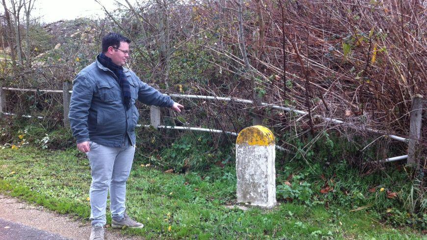 Le maire de Samerey devant la borne qui sépare la Bourgogne de la Franche-Comté.