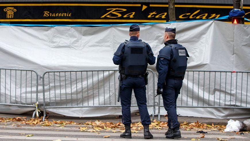 Deux policiers devant le Bataclan, théâtre d'un carnage vendredi dernier