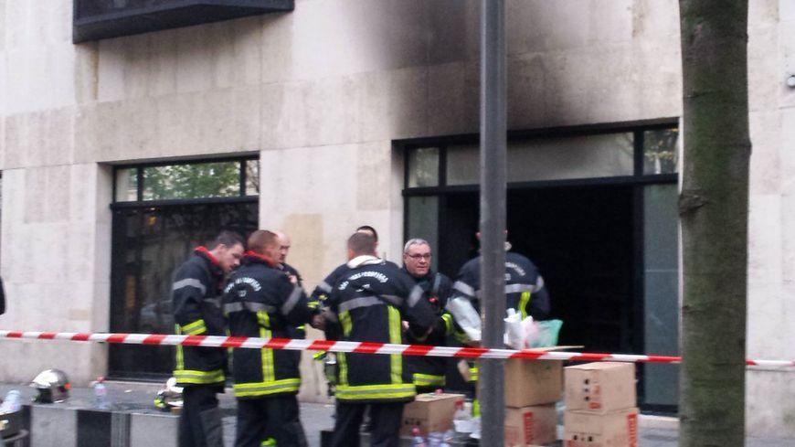 Les pompiers mobilisés devant le magasin Tati