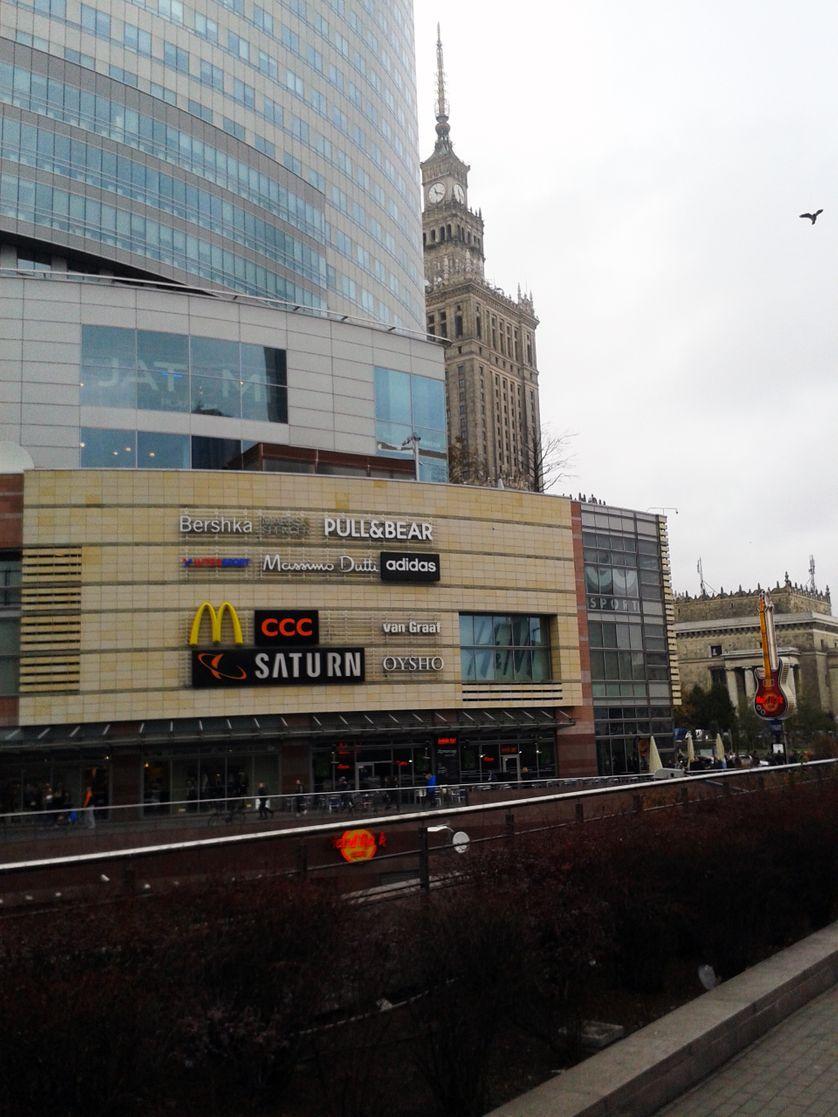 Palais de la culture de Varsovie, qui fête ses 50 ans cette année, en 2015. Cadeau de Staline voisin désormais de centres commer