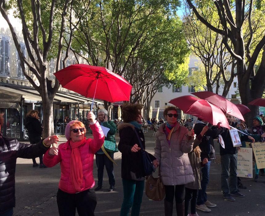 Des parapluies porteurs de messages remontent la chaîne humaine
