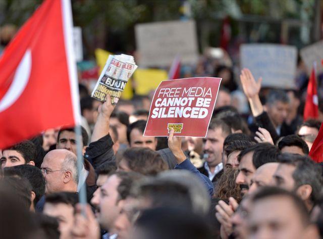 Après le raid spectaculaire contre deux télévisions, une manifestation en Turquie