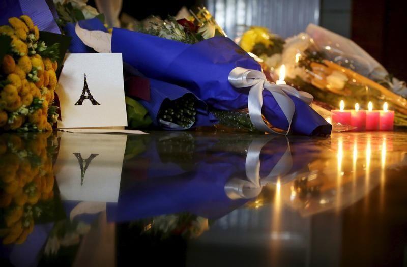 Devant l'ambassade de France à Pekin après les attentats de Paris