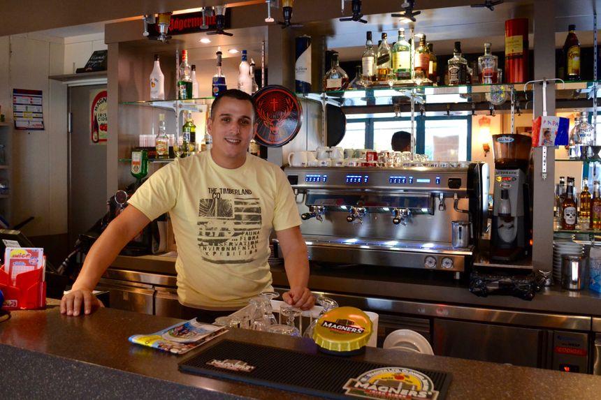 Nabil, patron du bar, est optimiste sur cette fusion des régions.