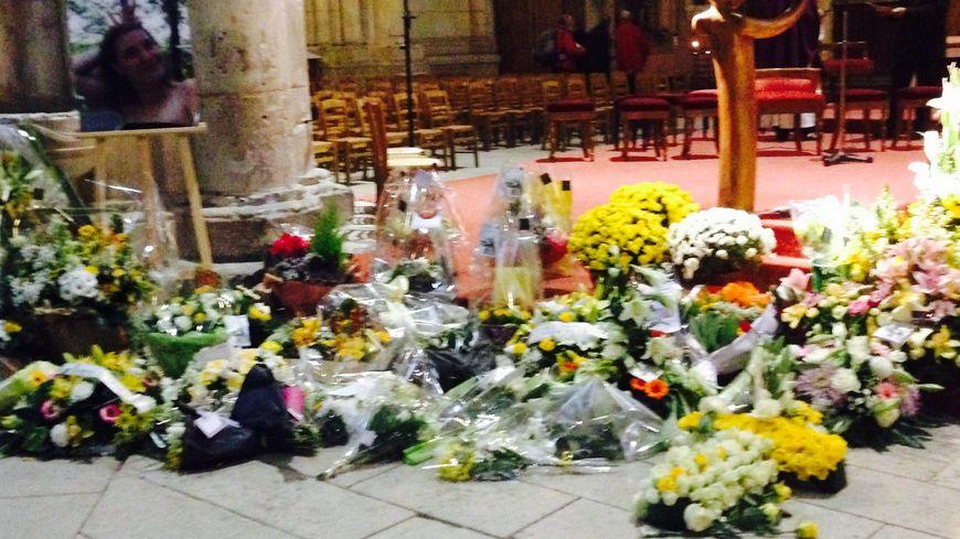 Obsèques de Chloé Boissinot : premiers bouquets au pied de l'autel