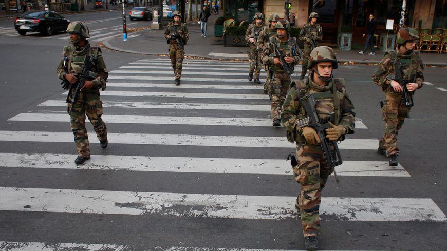 Des militaires dans les rues de Paris après les attentats