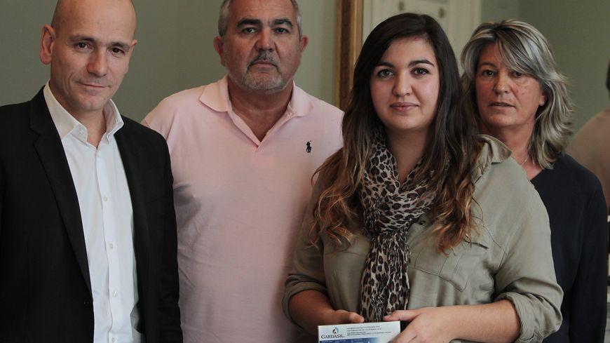 Marie-Océane avec son avocat (à gauche) et ses parents.