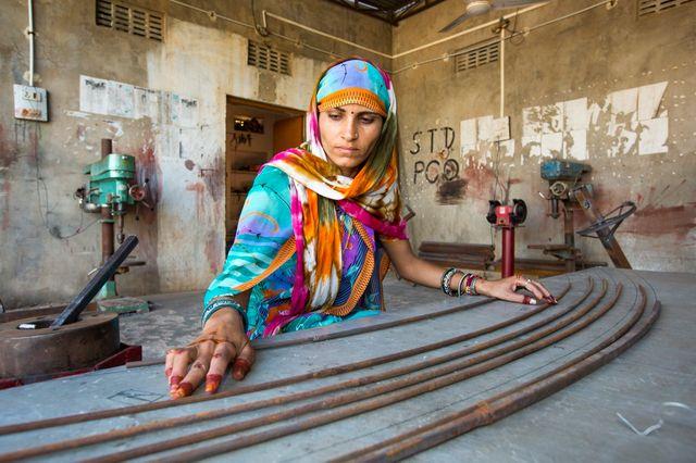 Des  femmes installent des panneaux solaires au Barefoot College à Tilonia, Rajasthan, Inde