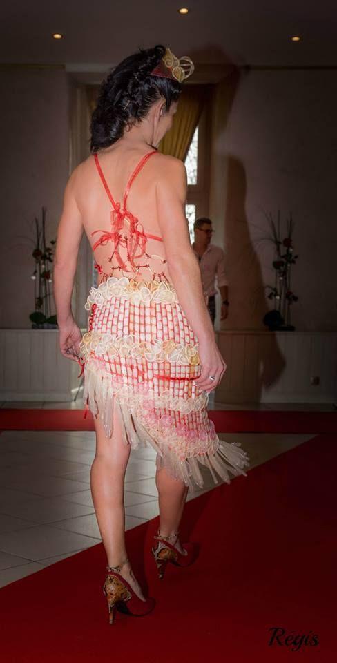 La robe réalisée avec 300 préservatifs de Lecy Crea