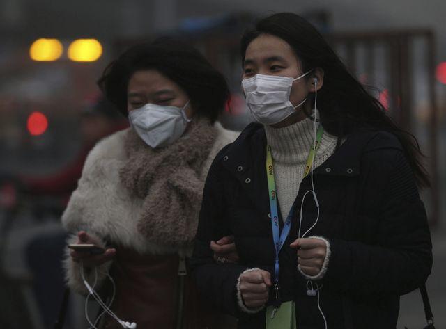 Des Chinoises portent un masque anti-pollution
