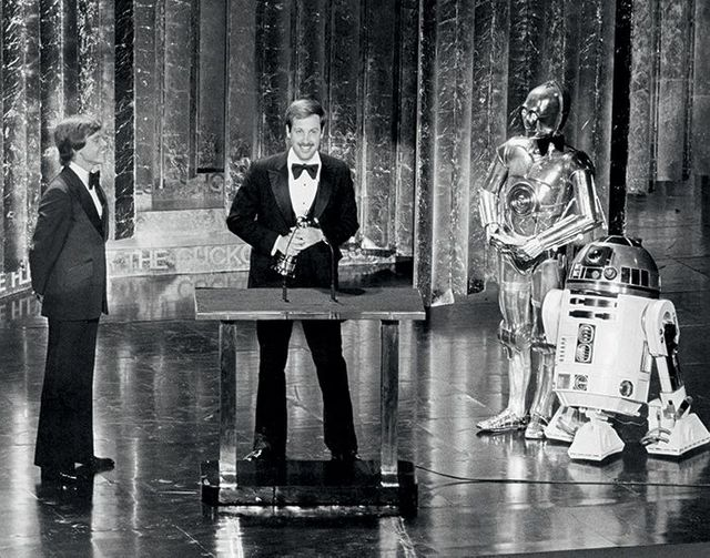 Flanked by C-3PO and R2-D2, Ben Burtt receives a Special Achievement Award for Best Sound Effects
