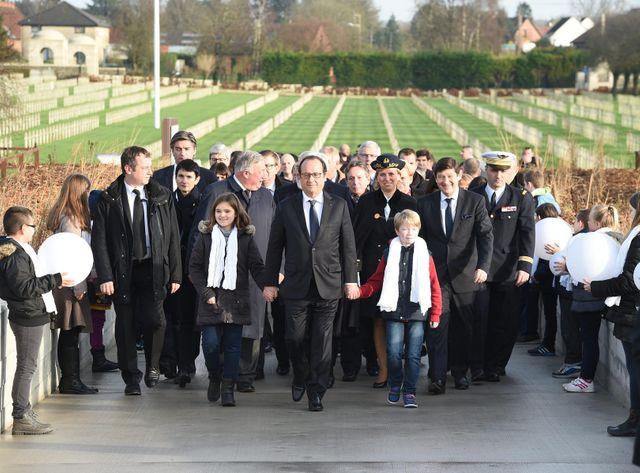 François Hollande inaugure un monument en mémoire des soldats français et allemands qui ont fraternisé à Noêl 1914