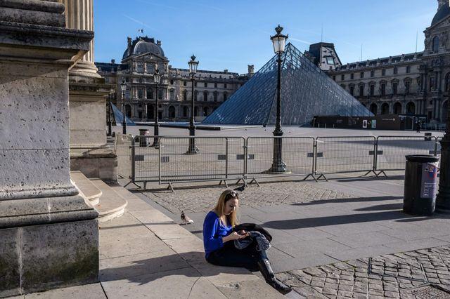 Paris, devant le Louvre, le 15 novembre 2015.