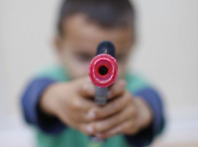 Les enfants sont invités à ... rendre les armes