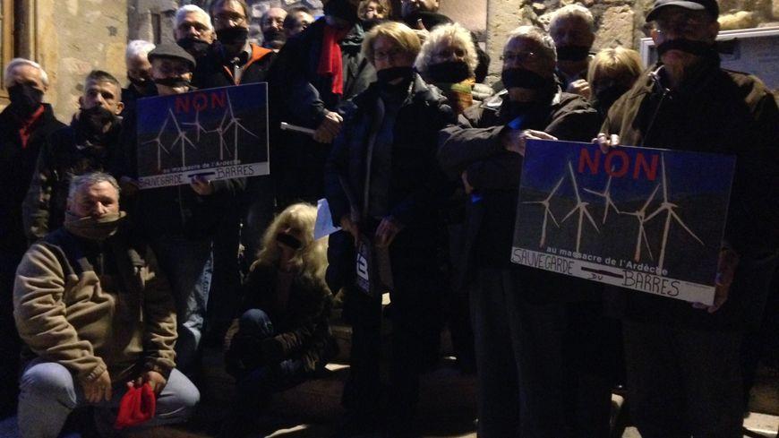 Les opposants, muselés symboliquement avec un foulard noir.