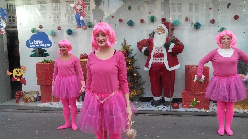 Les militantes féministes grimées en poupées deavnt le magasin.