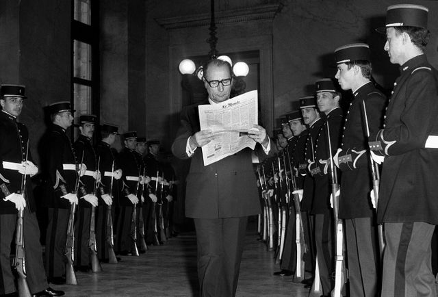 Mitterrand lisant Le Monde