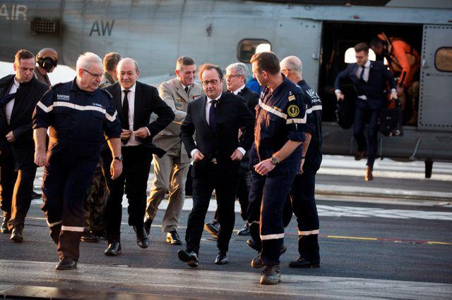 François Hollande arrive sur le Charles-de-Gaulle