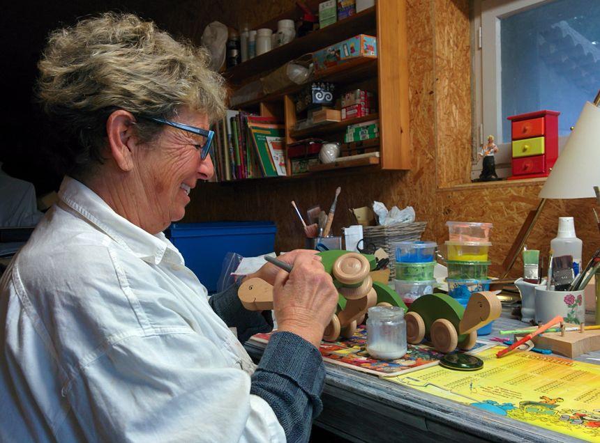 Annie, la compagne de Dominique, vernis une série de tortues à roulette