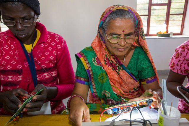 Un atelier d'énergie solaire au Barefoot College en Inde
