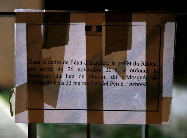 Pancarte affichée à l'entrée de la mosquée d'Albresle, au nord-ouest de Lyon,fermée jeudi dernier par le préfet du Rhône