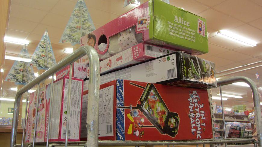au lendemain de no l les magasins de jouets s 39 activent pour changer les cadeaux d fectueux. Black Bedroom Furniture Sets. Home Design Ideas