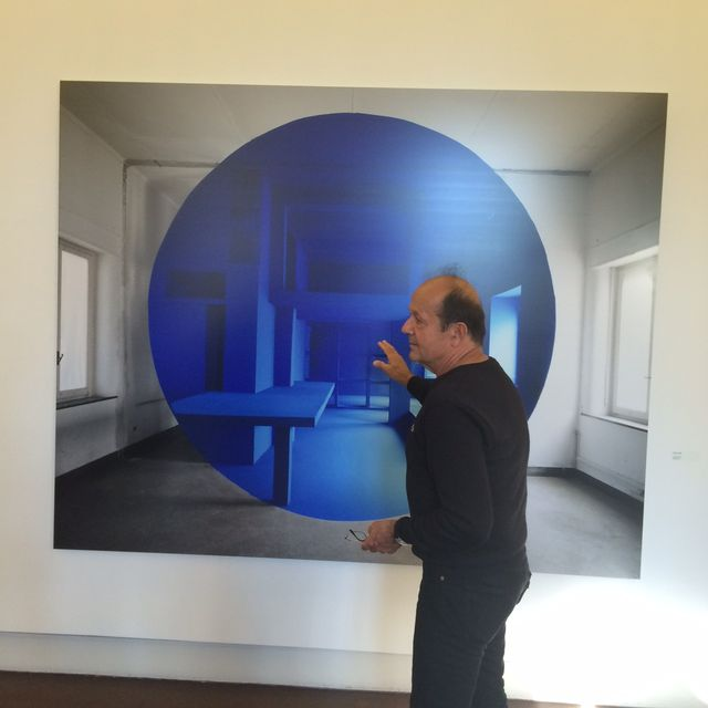 Georges Rousse devant l'une de ses photos exposées à Campredon 2015