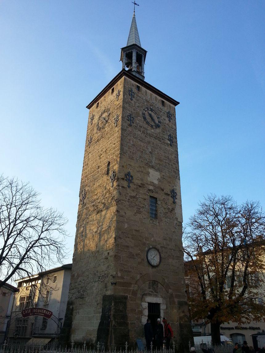 La cloche rejoint le carillon au sommet de la tour Jacquemart